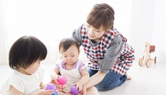 子どもと遊ぶ女性
