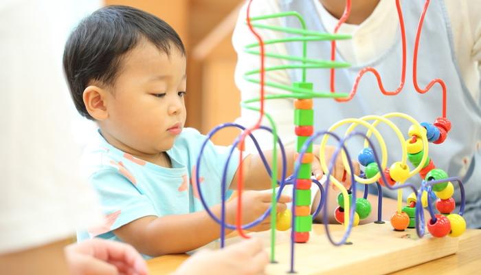 おもちゃで遊ぶ園児