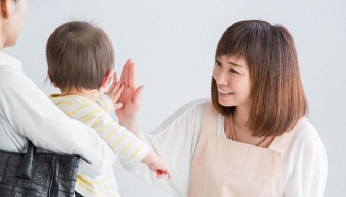 赤ちゃんとハイタッチ