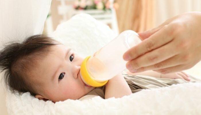 ミルクを飲む子ども