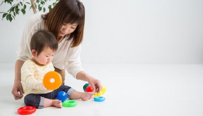 おもちゃで遊ぶ1歳児