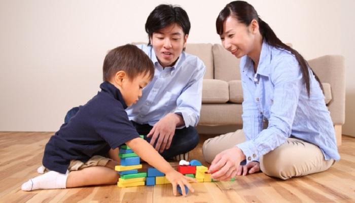 遊ぶ子どもと家族
