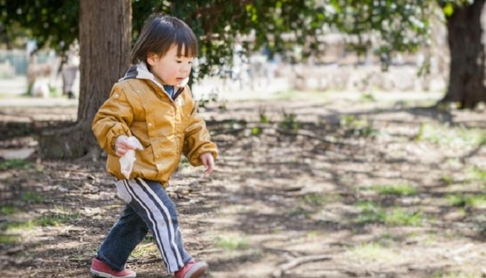 外で遊ぶ男児