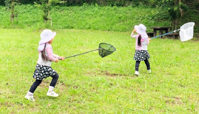 外で遊ぶ子ども達