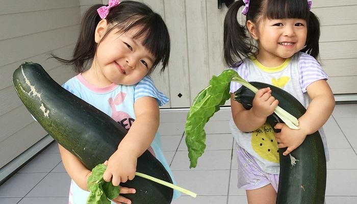 瓜を持つ子ども達