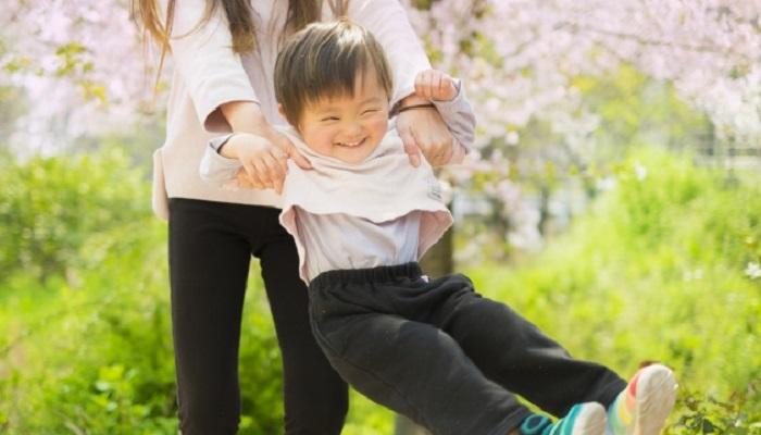 野外で母親と遊ぶ男児