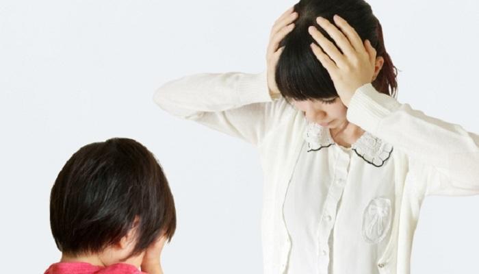 泣いている子どもと頭を抱える母親