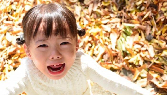泣いている女児