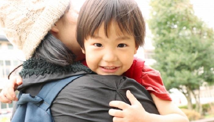 抱っこされ嬉しがる男児
