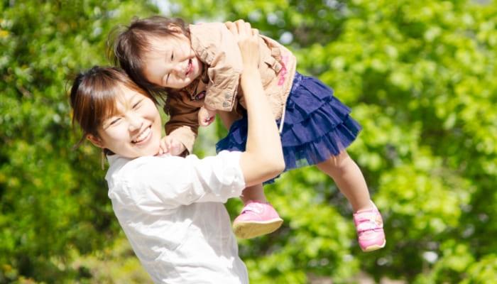 娘を抱きかかえる母親